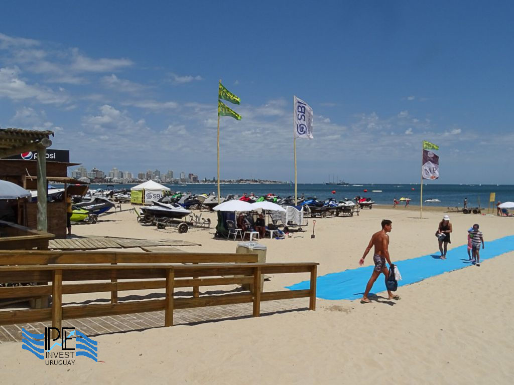 Access to the sports sector of Playa Mansa