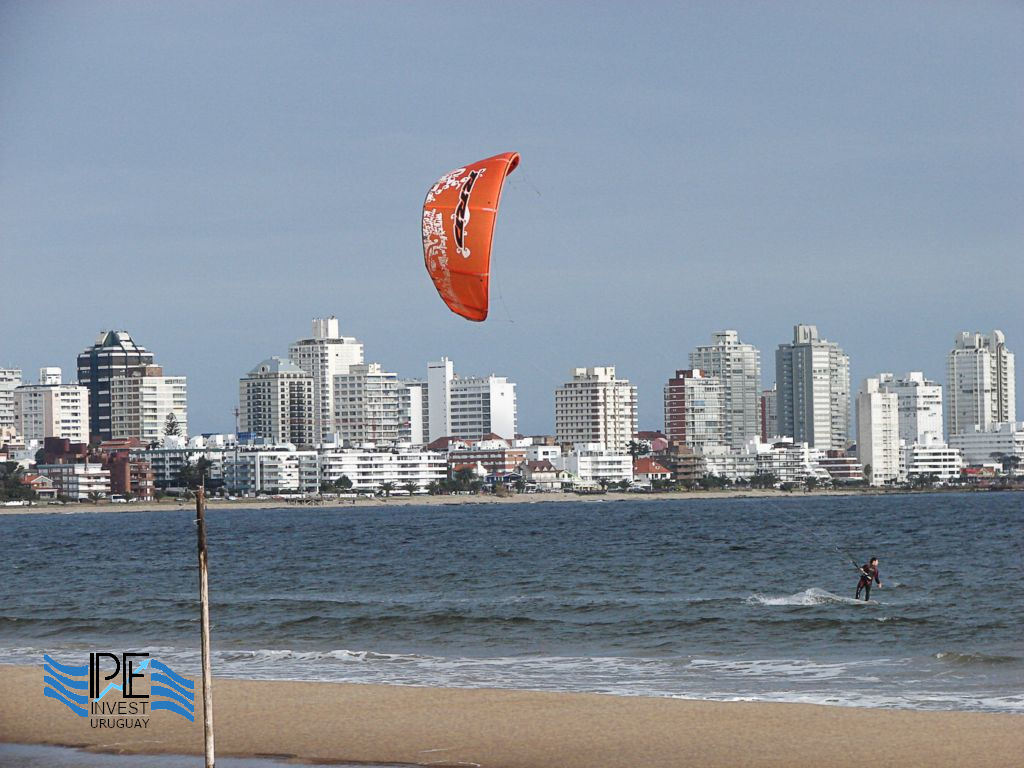 Kitesurfing in the waters of La Mansa