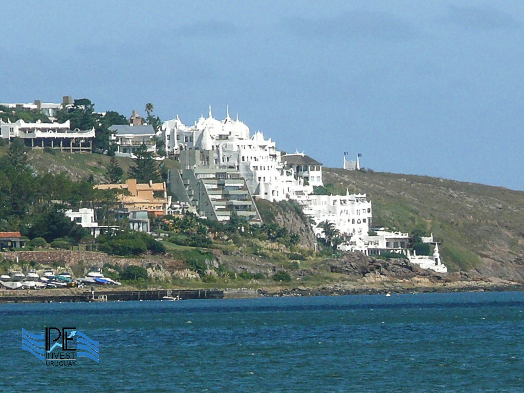 The profile of Punta Ballena with the iconic Casap
