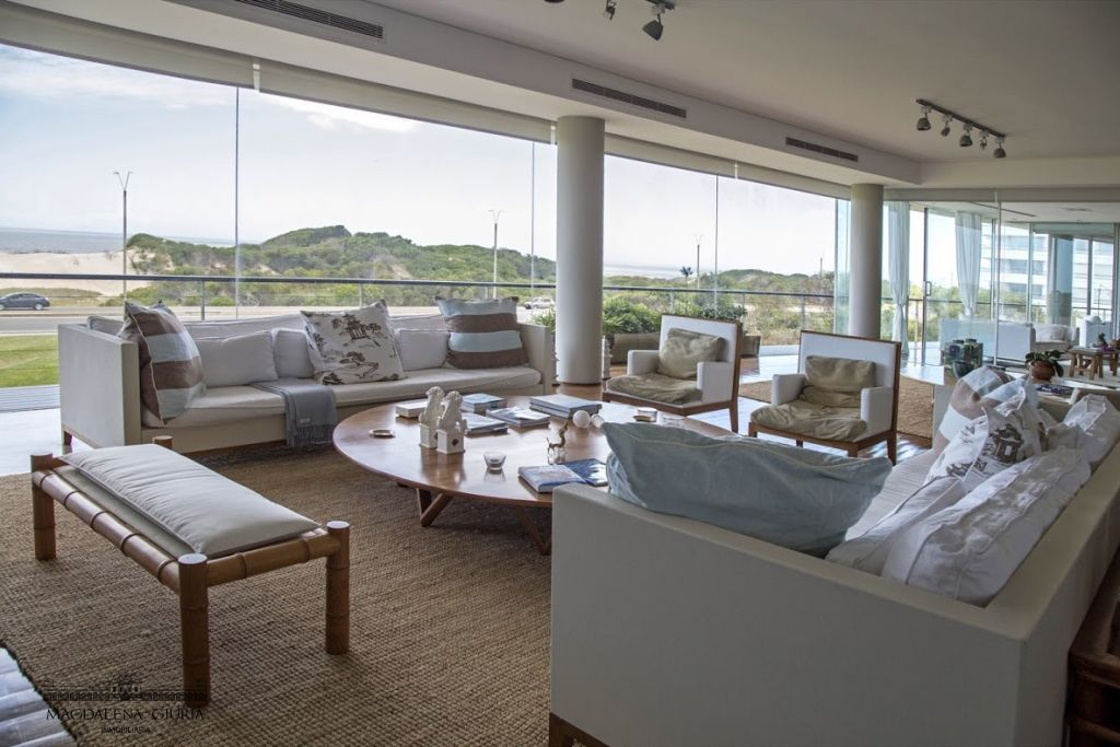 El confortable living, con excepcional vista